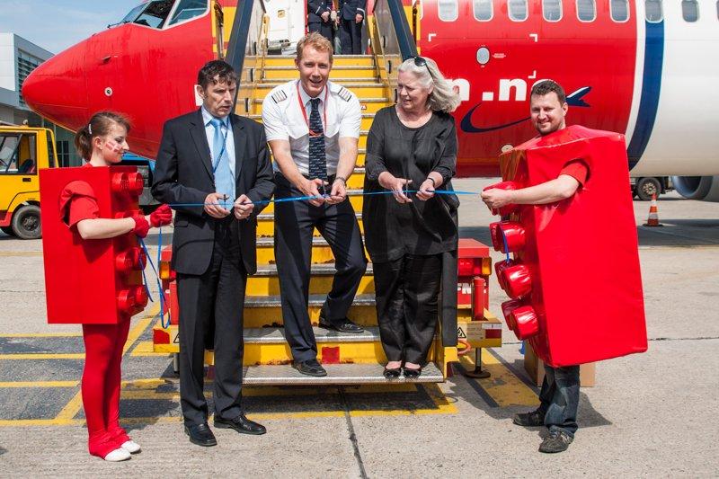 Strihanie pásky pri lietadle spoločnosti Norwegian Air Shuttle