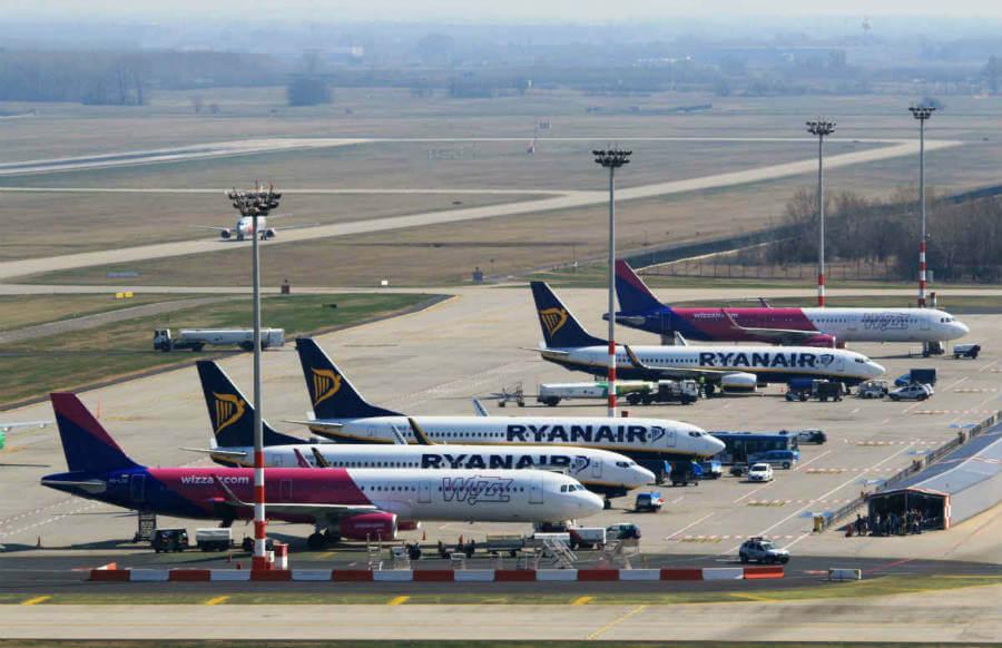 abedd7372ce29 Nízkonákladové letecké spoločnosti Ryanair a Wizz Air opäť menia podmienky  prepravy príručnej batožiny. Po novom si budete môcť na palubu vziať len  jeden ...
